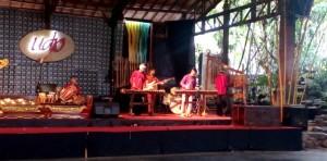 salah satu aksi musik di Saung Udjo Bandung