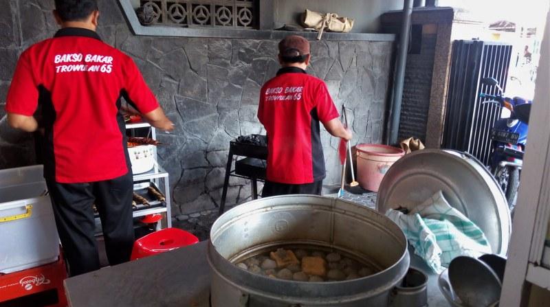 Makan Bakso Bakar Trowulan 65 Yang Terkenal Di Kota Malang Akulily