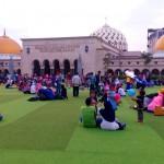 Kehangatan keluarga dalam kesederhanaan di Alun-alun Kota Bandung
