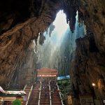 Menaiki Ratusan Tangga Kuil Hindu Batu Caves di Selangor Malaysia